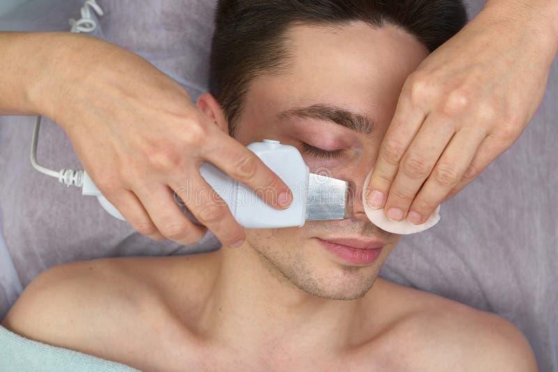 Ultraschallgesichtsreinigung, junger Mann stockbilder