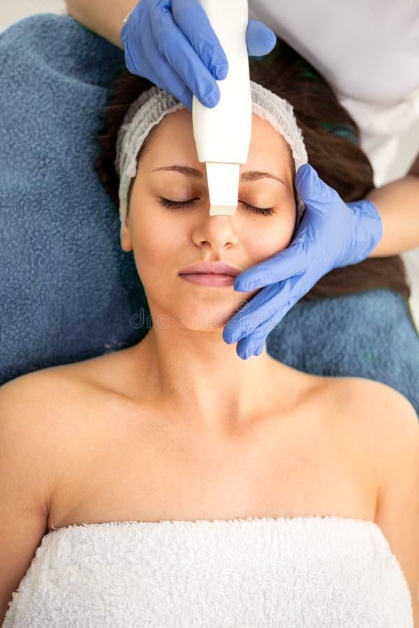 Ultraschallhaut-Reinigungsverfahren stockbild