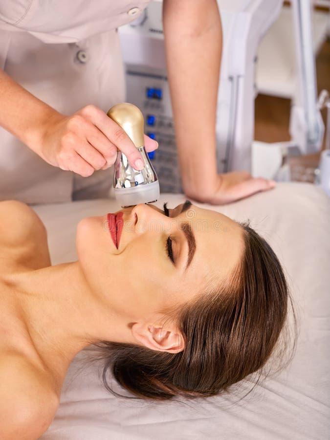 Ultraschalltherapie für die Haut, die in Schönheitsbadekurortsalon festzieht stockbild