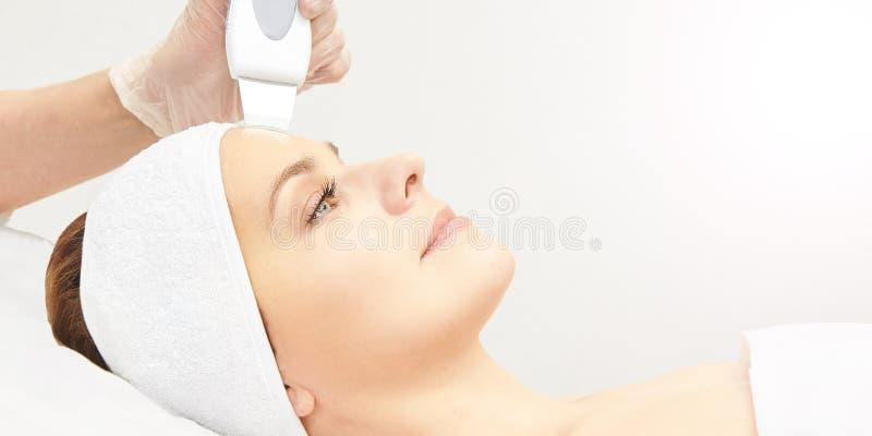 Ultrasinic整容术面孔设备 脸皮清洁 秀丽女性女孩 医疗沙龙关心机器 图库摄影