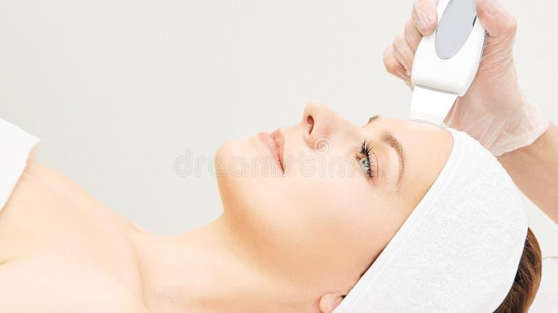Ultrasinic kosmetologii twarzy wyposażenie Twarzowy skóry czyścić Piękno kobiety dziewczyna Medyczna salon opieki maszyna zdjęcie stock