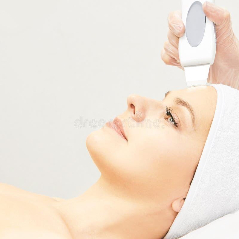 Ultrasinic kosmetologii twarzy wyposa?enie Twarzowy sk?ry czy?ci? Pi?kno kobiety dziewczyna Medyczna salon opieki maszyna obraz royalty free