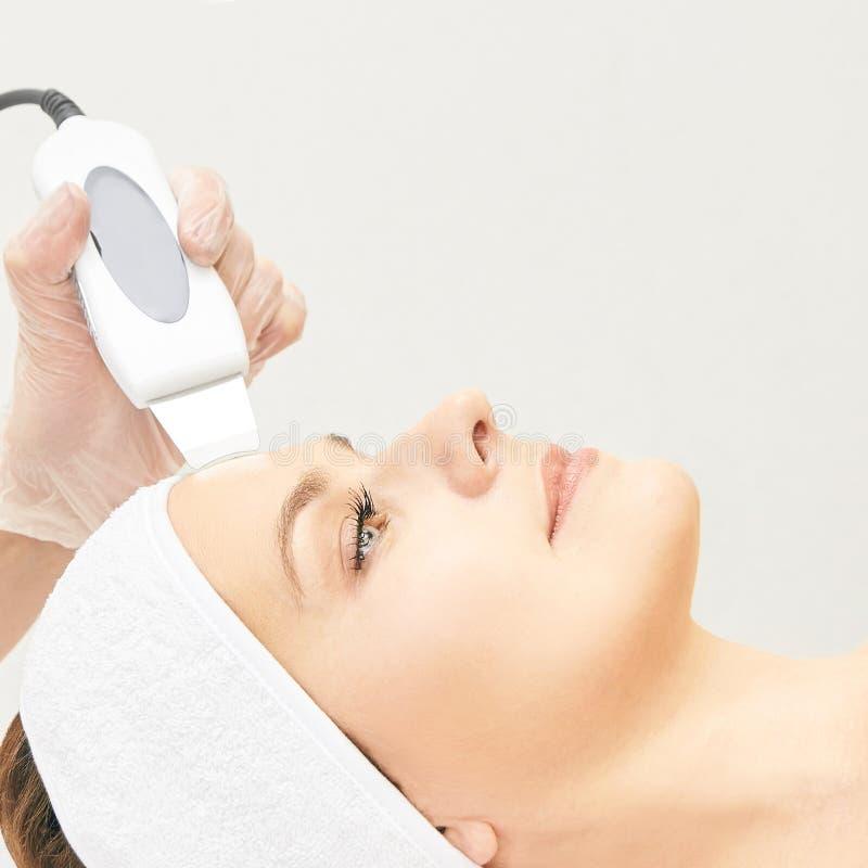 Ultrasinic kosmetologii twarzy wyposa?enie Twarzowy sk?ry czy?ci? Pi?kno kobiety dziewczyna Medyczna salon opieki maszyna zdjęcie stock