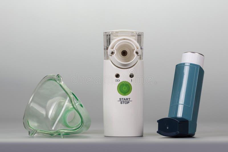 Ultrasonic nebulizer, inhalator i maska na popielatym tle, zdjęcie royalty free