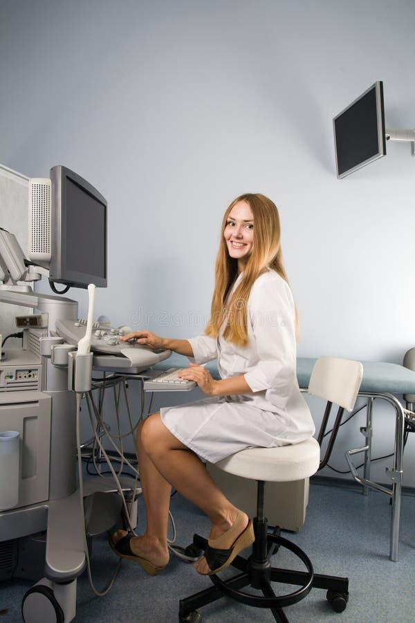 ultrasound för doktorsutrustningutredning royaltyfri bild