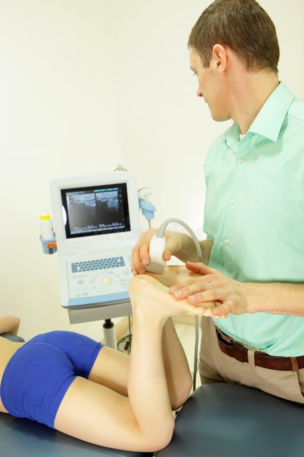 Ultrassom dos pés da menina - diagnóstico fotografia de stock
