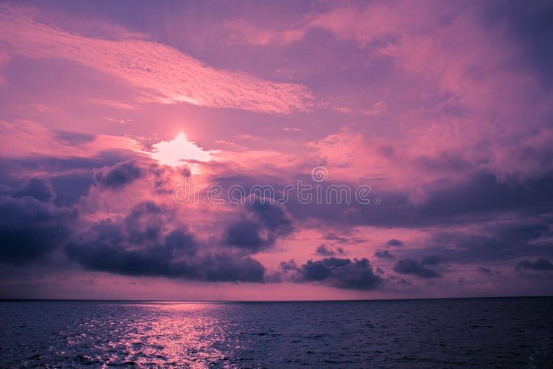 Ultraviolet zeegezicht met wolken