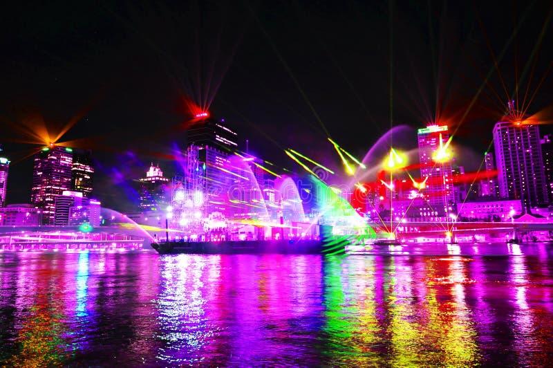 Ultravioletta ljus visar att tända upp den Brisbane staden på nattetid arkivbild