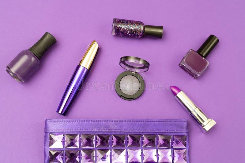 Ultraviolette Kosmetik auf einem ultravioletten Hintergrund Beschneidungspfad eingeschlossen stockbild