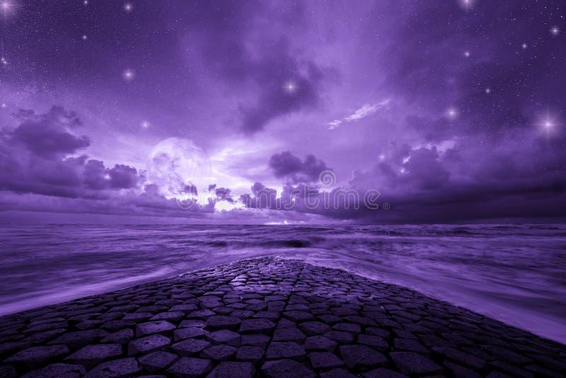 Ultravioletter Fantasiehintergrund, Ozean mit fantastischem nächtlichem Himmel, Farbe des Jahres 2018 lizenzfreies stockfoto