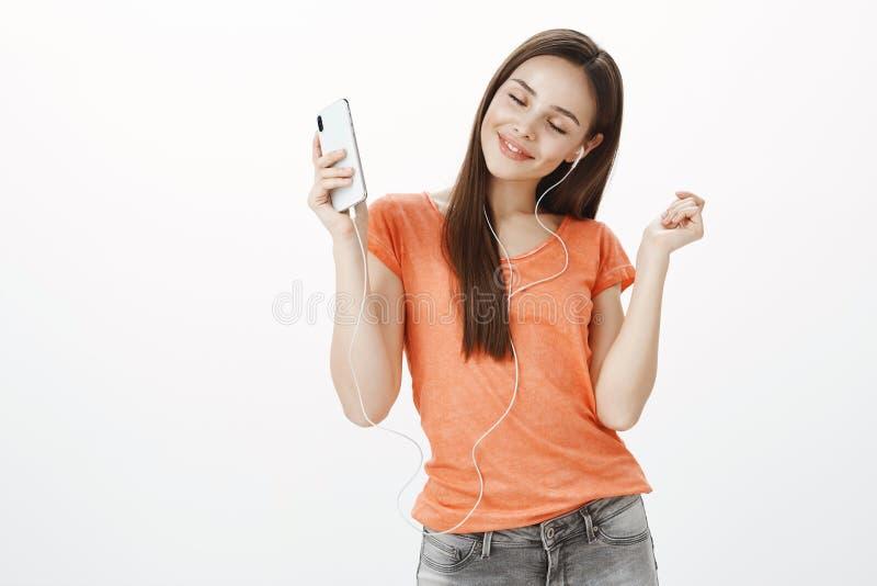Ulubiona piosenka zawsze robi ja szczęśliwy Portret pozytywna beztroska seksowna kobieta w pomarańczowej koszulce, tanczy z zadow zdjęcia royalty free