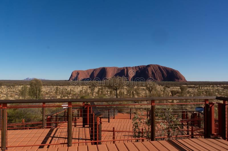 Uluru au lever de soleil sous le beau ciel bleu et la plate-forme de vue, parc national d'Uluru-Kata Tjuta, territoire du nord, A photo stock