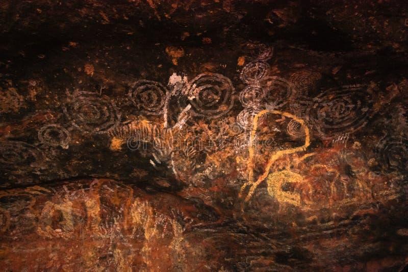 Uluru grottamålningar arkivfoto