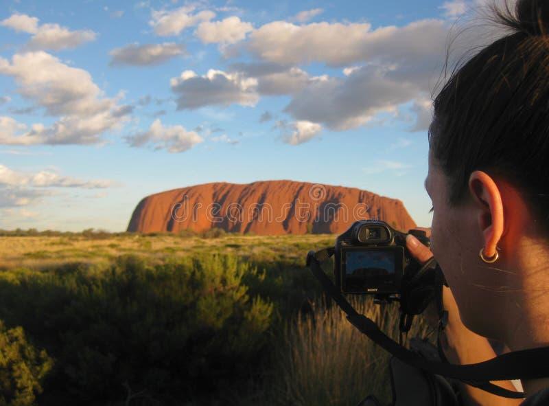 Uluru, Noordelijk Grondgebied, Australië 02/22/18 Een fotograaf takin een schot van de continu veranderende kleuren van Uluru bij royalty-vrije stock fotografie