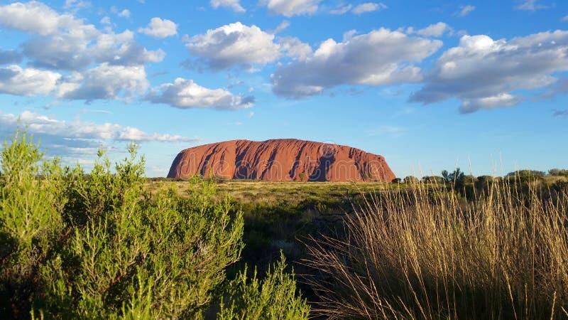 Uluru nordligt territorium, Australien 02/22/18 Sikt av ändrande de någonsin färgerna av Uluru på solnedgången från en designerad fotografering för bildbyråer