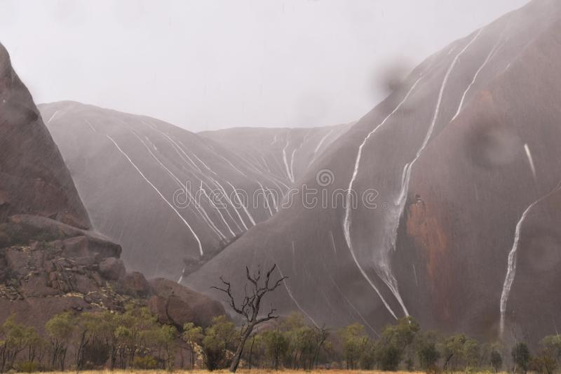 Uluru - under stormen royaltyfri fotografi