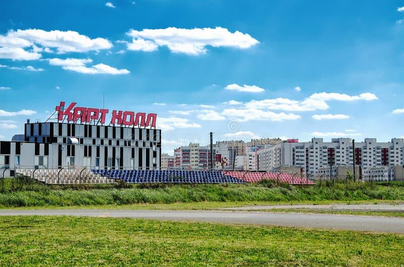 Ulyanovsk, Rússia - 23 de junho de 2018 Trilha exterior grande do kart e a construção do cartão Salão, em que o kart interno imagem de stock