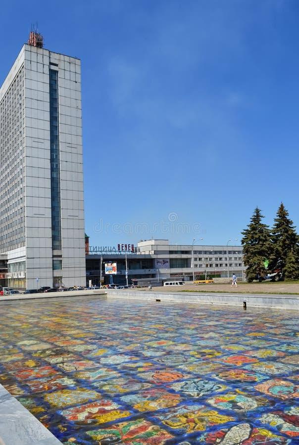 Ulyanovsk, Rússia, pode 23, 2011, fonte do mosaico e hotel foto de stock