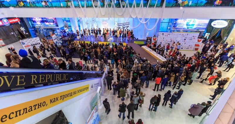ULYANOVSK, ROSJA, GRUDZIEŃ 03, 2016: Piękno konkursu chybienie Ulyanovsk w centrum handlowym na Grudniu 03, 2016 w Ulyanovsk, Ros