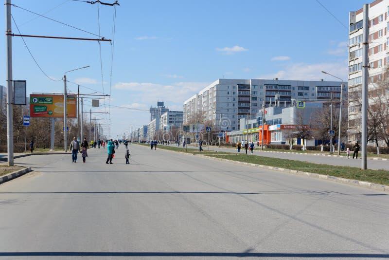 Ulyanovsk, Rusland - April 20, 2019: Stad zonder auto's De planeet liep uit benzine Marginale brandstofprijzen Milieuvriendelijke stock foto