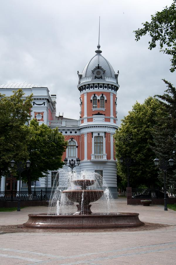 Ulyanovsk, Rusland Fontein bij achtergrond van een gebouw stock fotografie