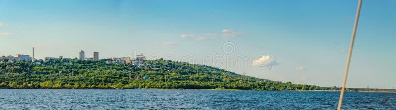 Ulyanovsk, Rusland - Juli 20, 2019 Panorama van de stad van Ulyanovsk van de Volga rivier, Rusland royalty-vrije stock fotografie