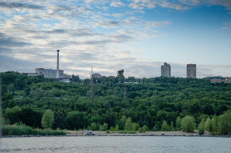 Ulyanovsk, Rusland - Juli 20, 2019 Panorama van de stad van Ulyanovsk van de Volga rivier, Rusland stock afbeelding
