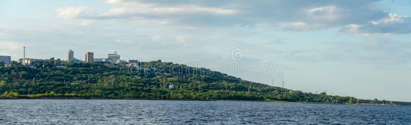 Ulyanovsk, Rusland - Juli 20, 2019 Panorama van de stad van Ulyanovsk van de Volga rivier, Rusland royalty-vrije stock afbeeldingen