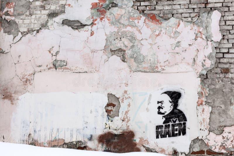Ulyanovsk, Rusland - Maart 25, 2019: Een graffiti grunge ommuurt in de buurt van Leninsky-district in Ulyanovsk stock afbeeldingen