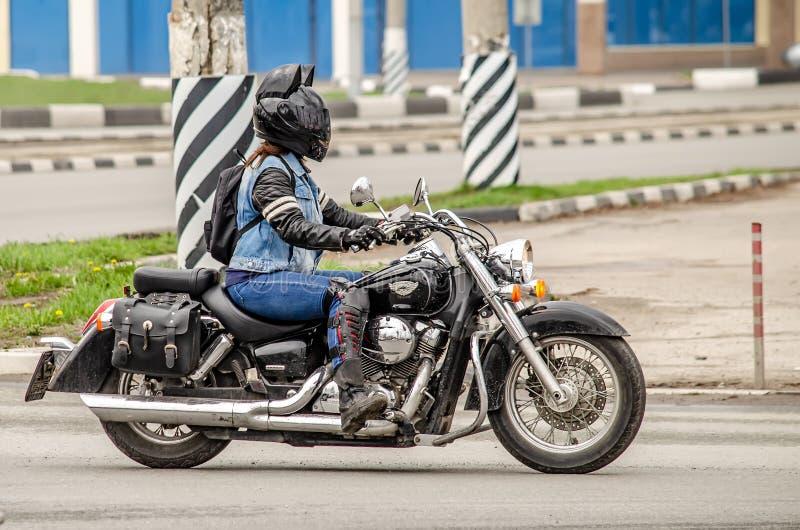 Ulyanovsk, Rusland - Mei 03 2019: Het openen van het motorfietsseizoen - de auto-motor toont Motorrijder in een zwarte helm met royalty-vrije stock afbeeldingen
