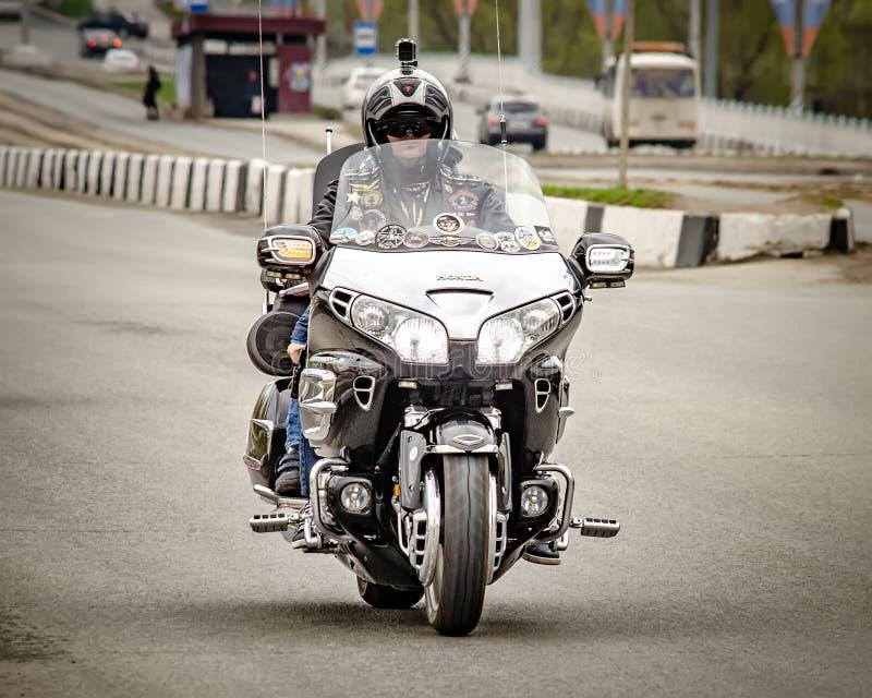 Ulyanovsk, Rusland - Mei 03 2019: Het openen van het motorfietsseizoen Mens op een krachtige motorfietsstormlopen door stock afbeeldingen