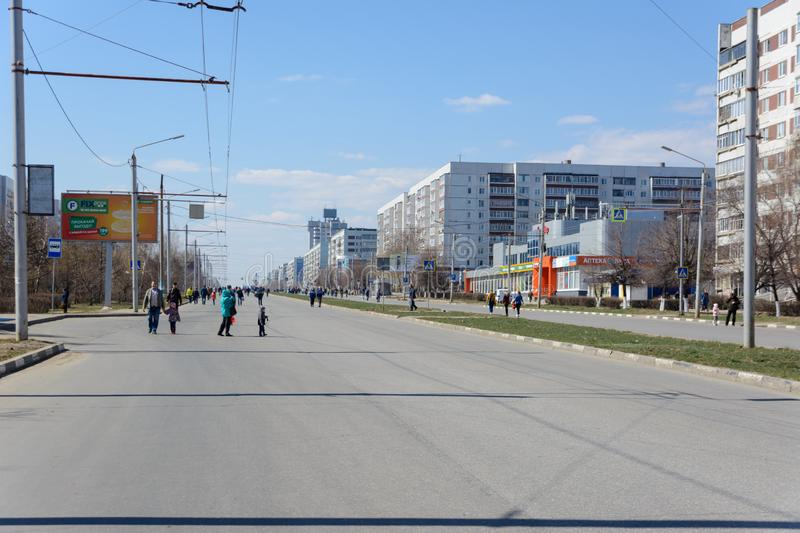 Ulyanovsk, Russie - 20 avril 2019 : Ville sans voitures La planète a manqué d'essence Prix de carburant marginaux Witho qui respe photo stock