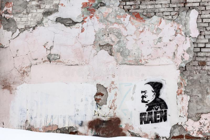 Ulyanovsk, Russie - 25 mars 2019 : Un mur grunge de graffiti dans le voisinage du secteur de Leninsky dans Ulyanovsk images stock