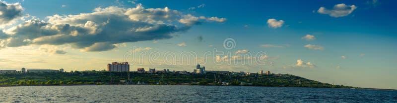 Ulyanovsk, Russland - 20. Juli 2019 Panorama der Stadt von Ulyanovsk von der Wolga, Russland lizenzfreies stockfoto