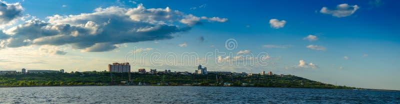 Ulyanovsk, Russland - 20. Juli 2019 Panorama der Stadt von Ulyanovsk von der Wolga, Russland lizenzfreie stockfotos