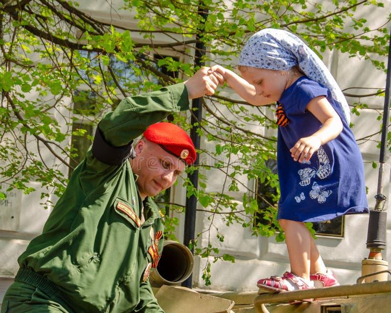 Ulyanovsk, Russland - 9. Mai 2019: Ausstellung der milit?rischer Ausr?stung im zentralen Platz der Stadt Ein Soldat von lizenzfreie stockfotos