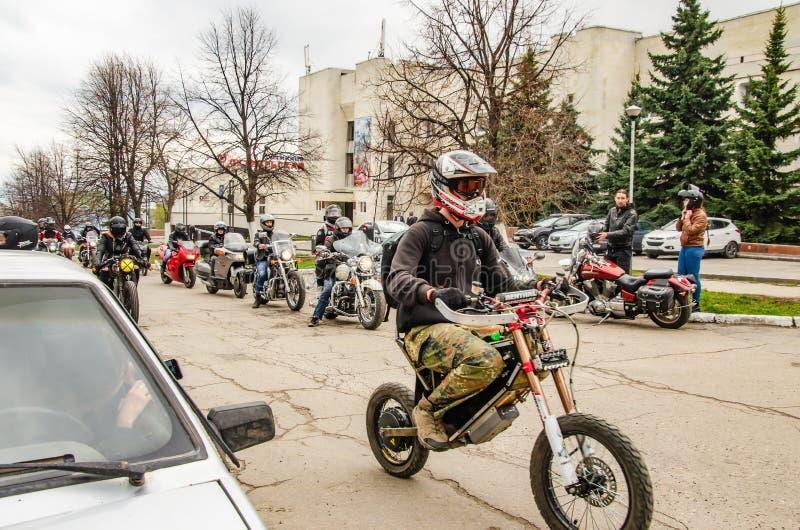 Ulyanovsk, Russland - 3. Mai 2019: Motorradfahrer auf der Straße der Stadt stockfotografie