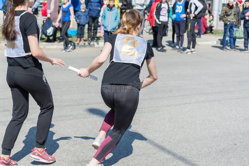 Ulyanovsk Ryssland - April 20, 2019: årlig stadsvårmaraton solig dag Sund livsstil fotografering för bildbyråer