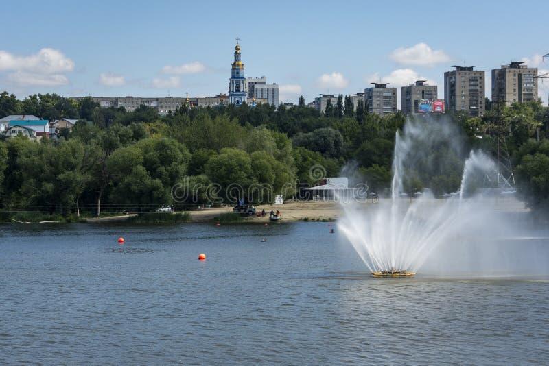 Ulyanovsk Ryssland - Augusti 10, 2018: Landskap med en trevlig springbrunn och sikten till bostads- byggnader för höghus arkivfoton