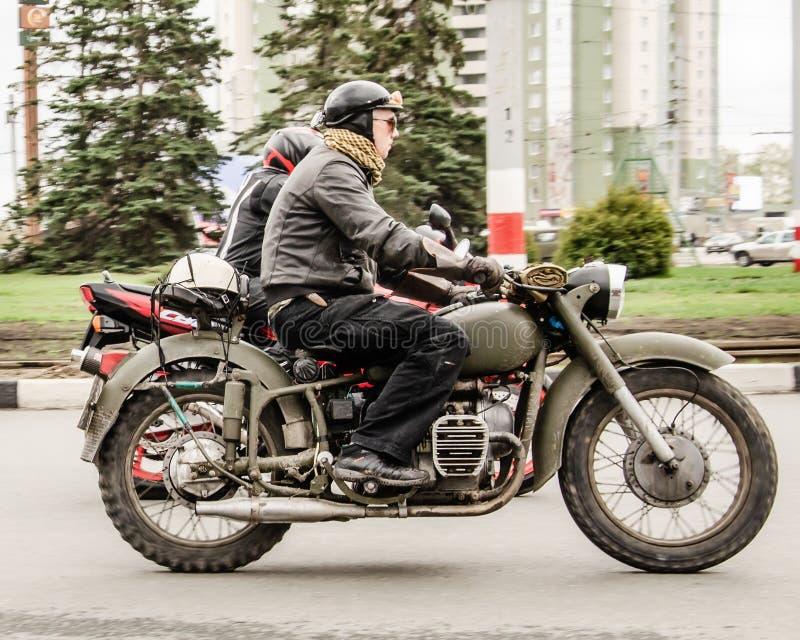 Ulyanovsk Ryssland - Maj 03 2019: Cyklist på retro militär motorcykelritt en traditionell show tilldelad till öppningen av fotografering för bildbyråer