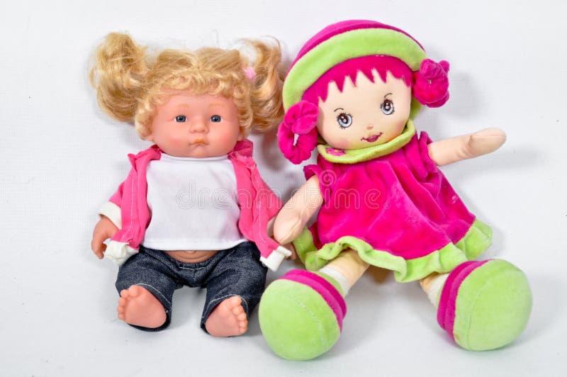 Um é feito a mão, um é bonecas plásticas do brinquedo fotos de stock royalty free