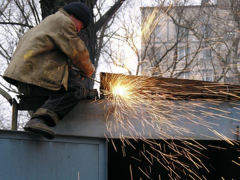 Um aço da soldadura do trabalhador da construção imagem de stock