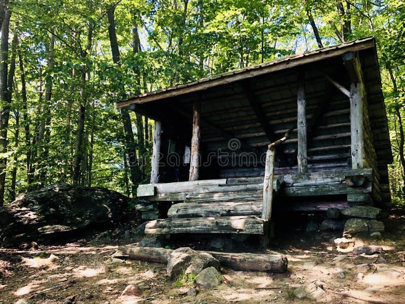 Um abrigo de madeira vazio na fuga apalaches fotos de stock royalty free