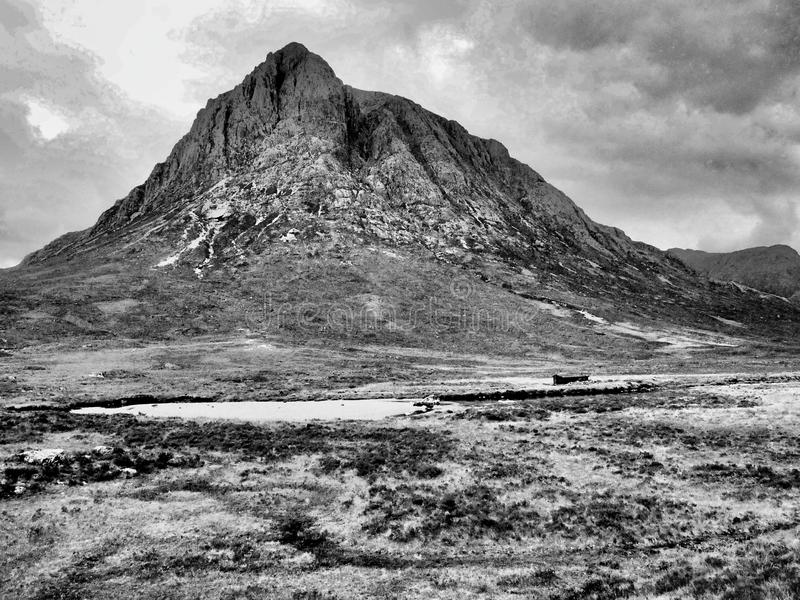 Um abrigo morey perto de uma montanha nos Terrenos Escoceses imagens de stock royalty free