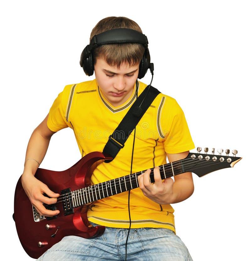 Um adolescente com uma guitarra elétrica imagens de stock royalty free