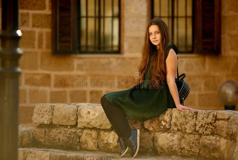 Um adolescente está andando em torno da cidade velha fotos de stock royalty free