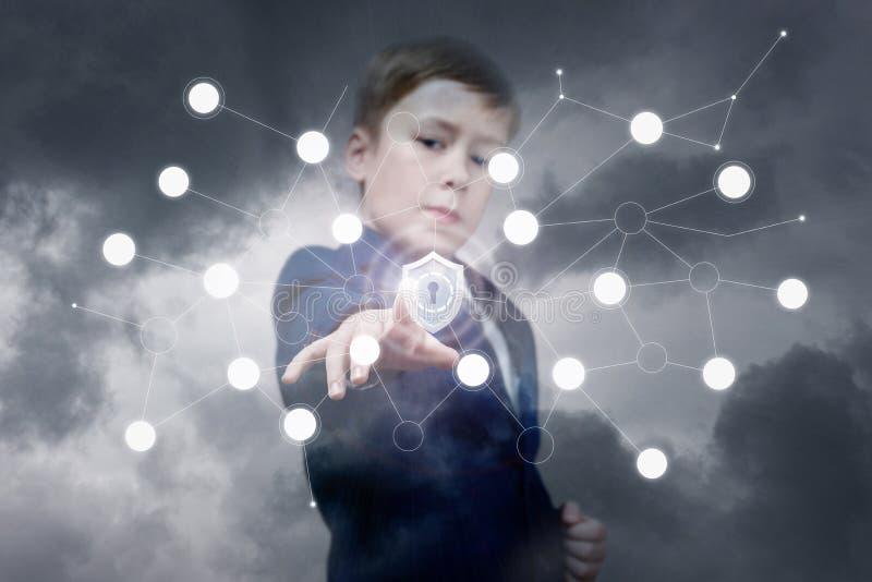 Um adolescente está tocando em um protetor dentro do sistema digital fotos de stock