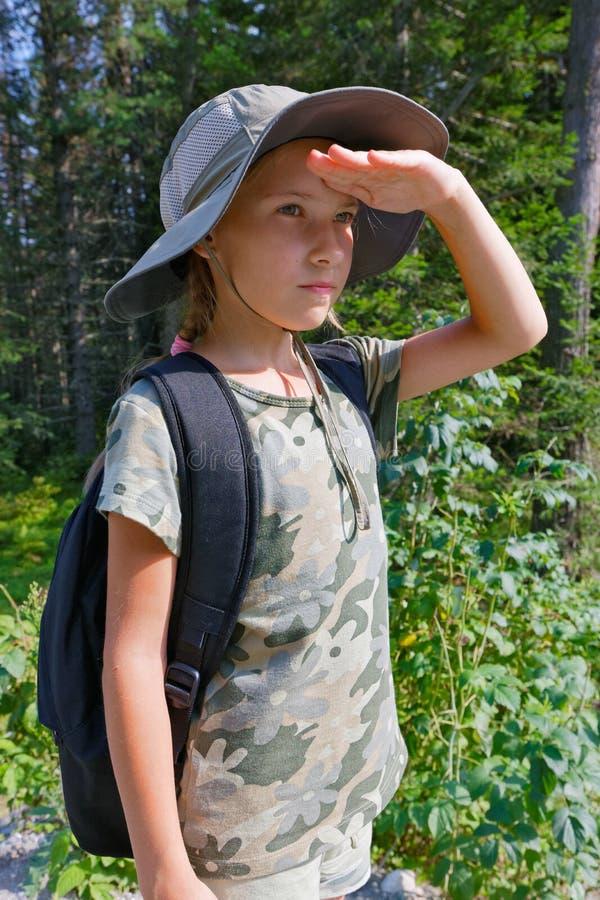 Um adolescente está viajando através da floresta imagens de stock