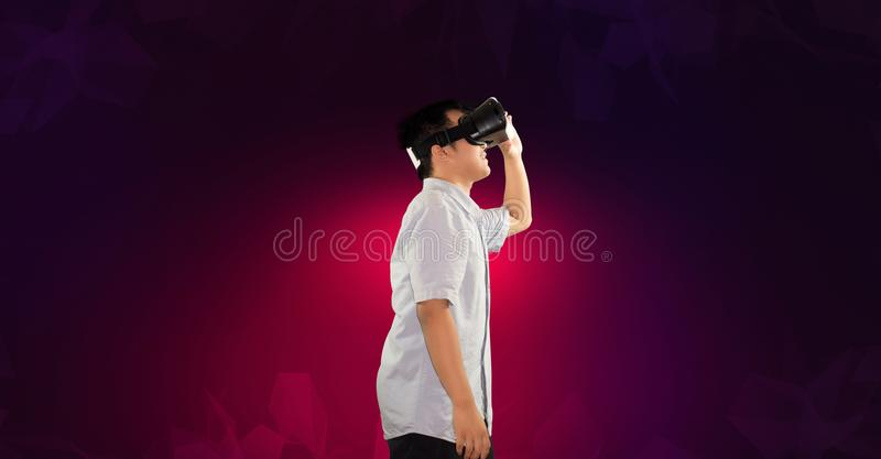 Um adolescente milenar que usa o corpo da opinião lateral de realidade virtual imagem de stock royalty free