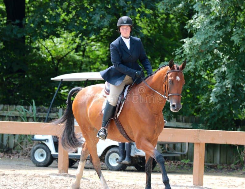 Um adolescente novo monta um cavalo na mostra do cavalo da caridade de Germantown fotos de stock